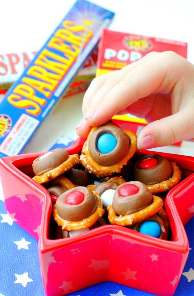 Patriotic Pretzel Bites by Foodtastic Mom #redwhiteandblue