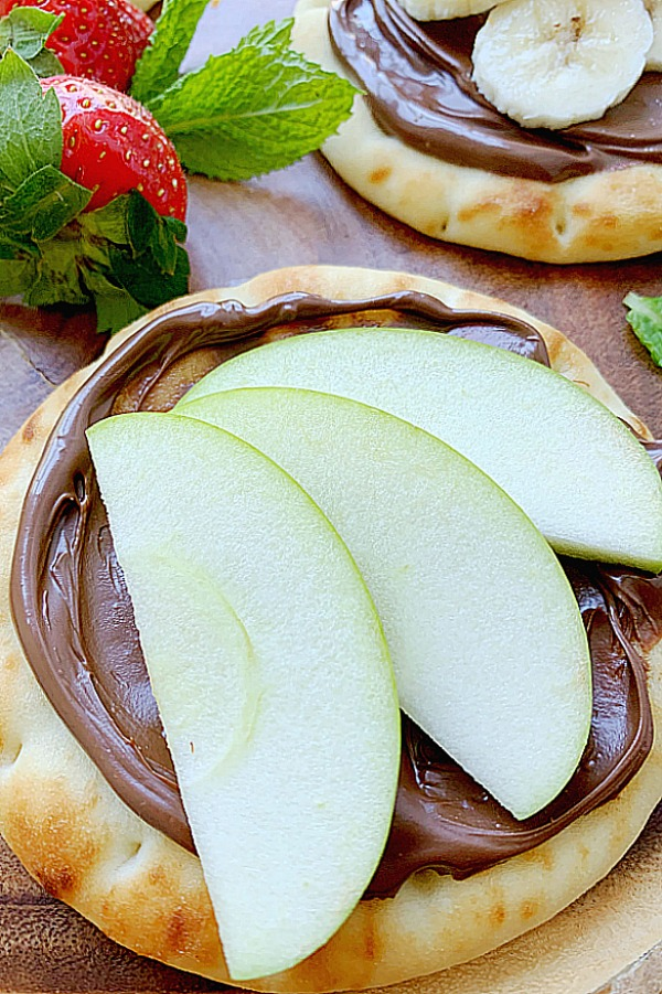 nutella pizza topped with sliced green apple