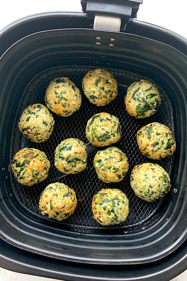 Air Fryer Turkey Meatballs | Foodtastic Mom #airfryerrecipes #healthyrecipes #meatballs #turkeymeatballs #airfryerturkeymeatballs #mealprep