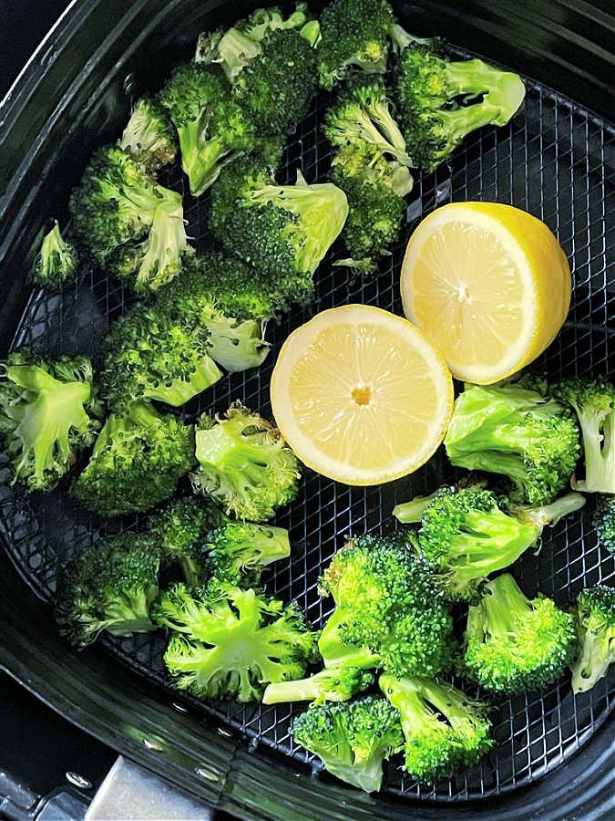 Air Fryer Broccoli | Foodtastic Mom #airfryerbroccoli #airfryerrecipes #broccolirecipes