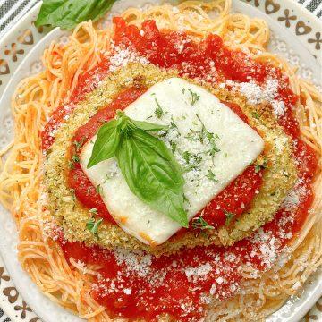 Air Fryer Chicken Parmesan | Foodtastic Mom #airfryerrecipes #chickenrecipes #airfryerchickenparmesan #chickenparmesan